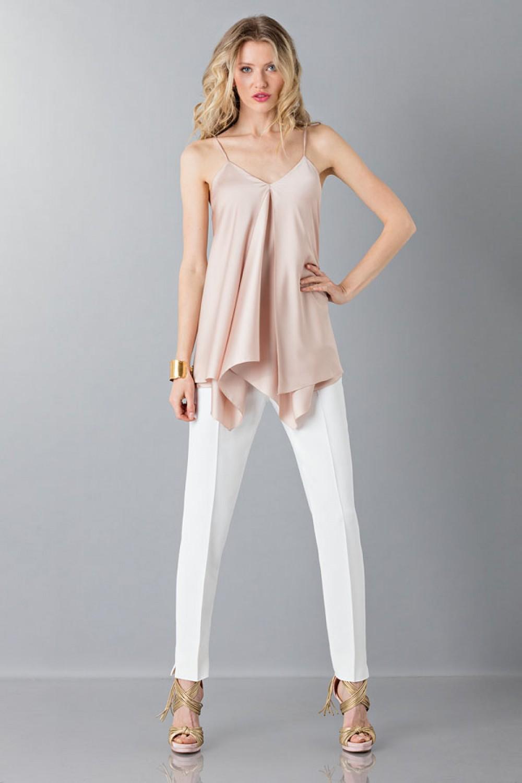 Pantalone bianco con top rosa antico