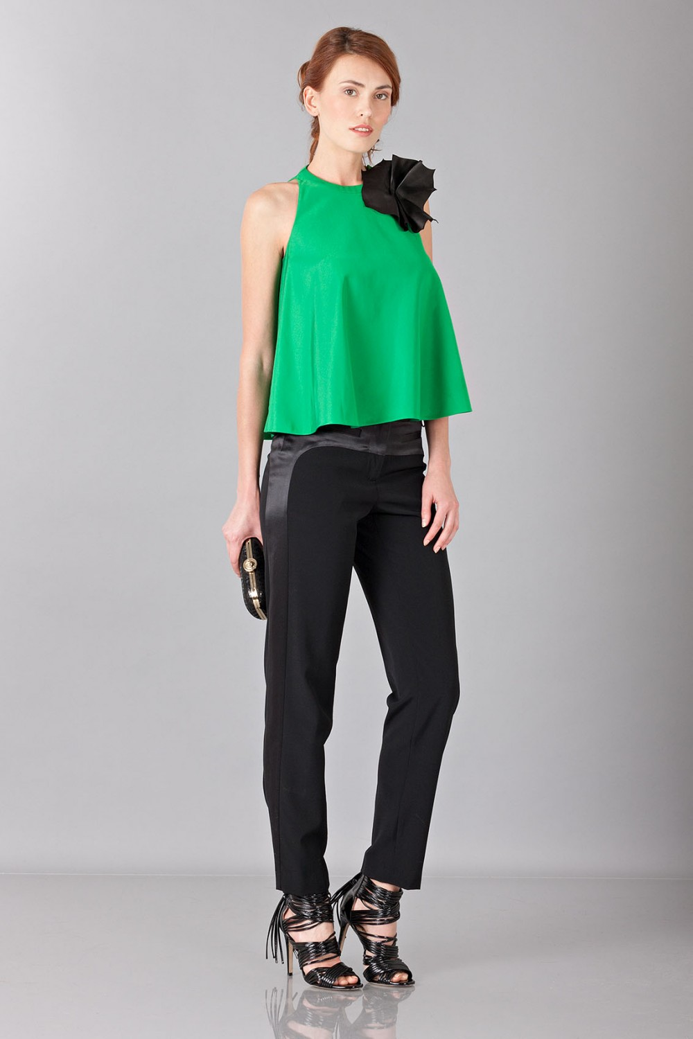 Top verde con spilla in pelle